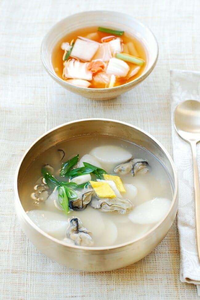 Gul tteokguk (Oyster rice cake soup)