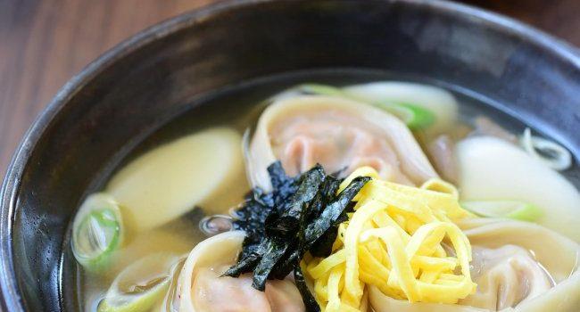 Tteok Mandu Guk (Rice Cake Soup with Dumplings)